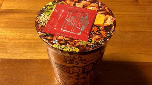 馳走麺 狸穴(まみあな)監修 ラー油肉蕎麦 食べてみました!焙煎ラー油が決め手の甘濃い味わい